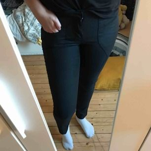 Kostymaktiga byxor. Svarta, men kan upplevas som gråa i vissa ljus. Aldrig använda! Sitter som bekvämast på en S/M!! Låg i midjan och därför använder jag dem inte. Frakt ingår i priset!💗