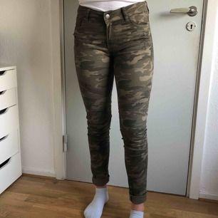 Ett par camouflage byxor. Det står stl L i byxorna men dem passar mig och jag har S/M. Fint skick och knappt använda. Frakt tillkommer
