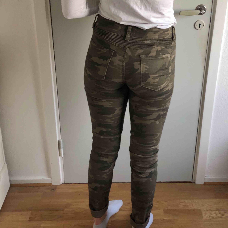 Ett par camouflage byxor. Det står stl L i byxorna men dem passar mig och jag har S/M. Fint skick och knappt använda. Frakt tillkommer . Jeans & Byxor.