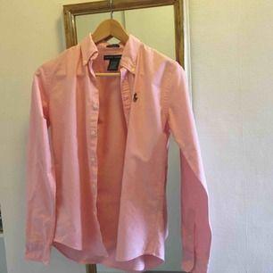 Rosa Ralph Lauren dam-skjorta! Den är i väldigt bra skick då den knappt har använts! Köparen står för frakt☺️ priset kan diskuteras!