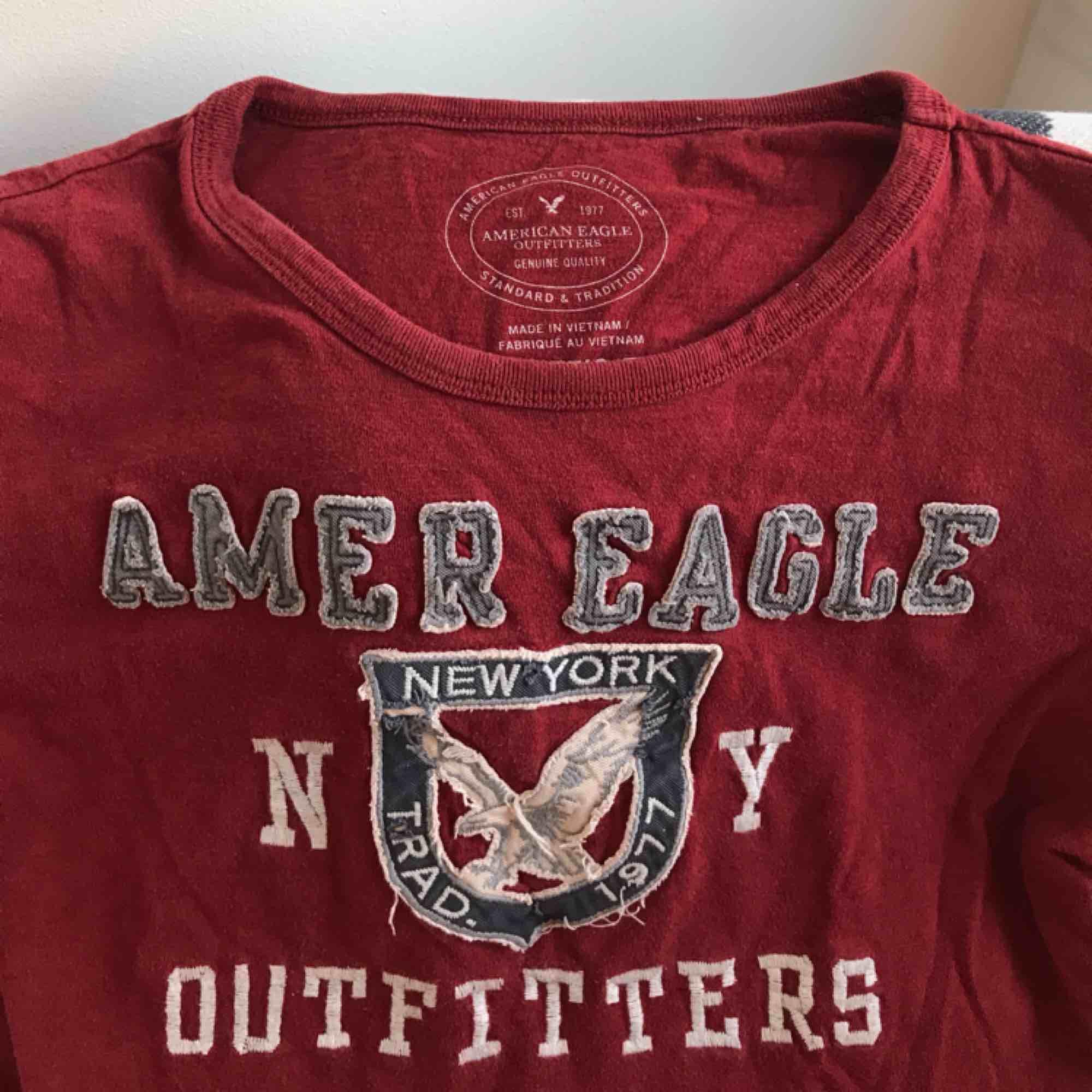 American Eagle tröja. Typ mörkröd i verkligheten. Sitter superbekvämt på mig som är S/M! Typ aldrig använd, så superbra skick! Frakt ingår i priset!❤️. T-shirts.