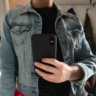 Ljust tvättad jeansjacka från Crocker. Strl M i tajt modell så passar även XS/S. Bronsfärgade knappar. Kan mötas upp i Gävle annars tillkommer frakt:)