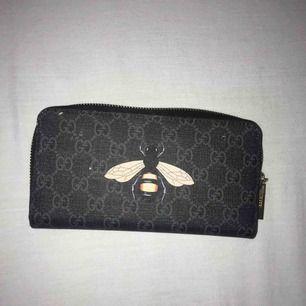 Gucci plånbok, den är inte äkta alltså den är FAKE. Den är köpt från Turkiet.