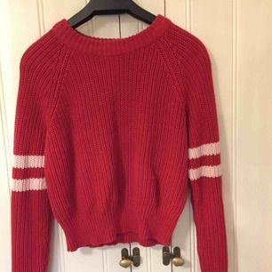 Röd tröja med vita detaljer på armen från Gina Tricot. Sitter lite lösare i modellen. Köpare står för frakt :)