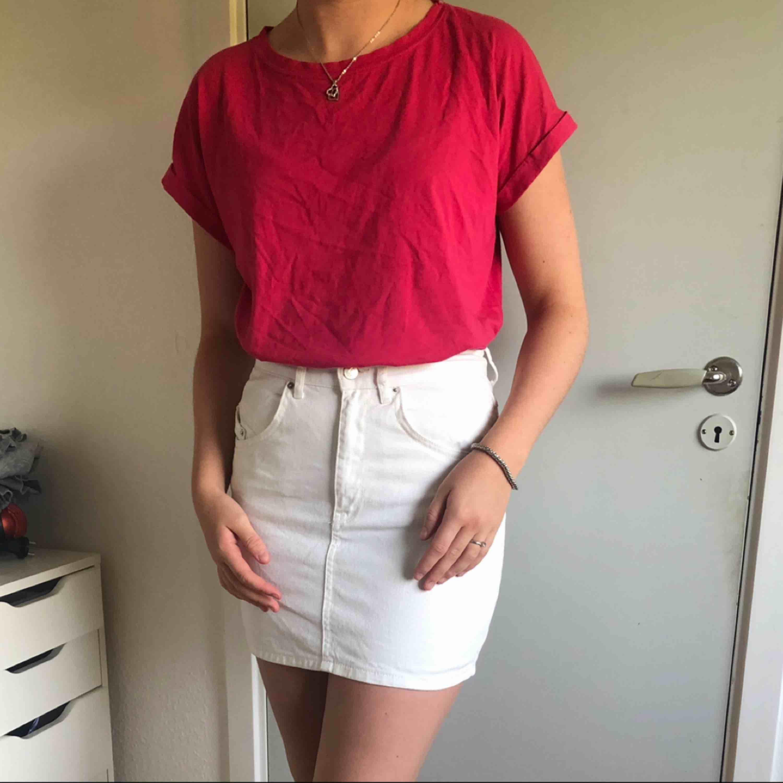 En rosa tshirt i fint skick, använd ca 2 ggr.  Frakt tillkommer . T-shirts.