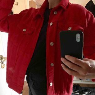 Röd jeansjacka från hm i strl S. Väldigt fin och använd ett fåtal gånger. Sitter löst, lite mer oversized, men inte överdrivet stor. Kan mötas upp i Gävle annars tillkommer frakt:)
