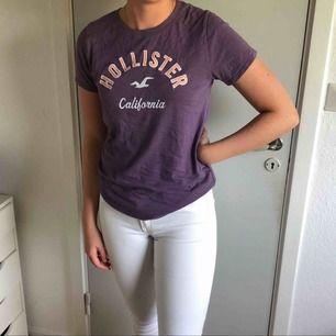 En T-shirt från Hollister.  Frakt tillkommer