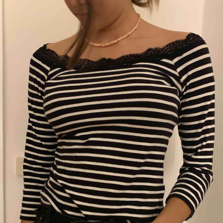 Fin svartvit randig tröja med spetts upptill. Säljs pga att den tyvärr inte kommer till användning då den bara är använd ca 3 gånger. Köparen står för frakten!. Toppar.