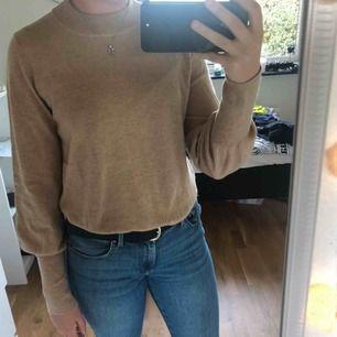 En brun/beige stickad tröja. Aldrig använd.  Frakt tillkommer