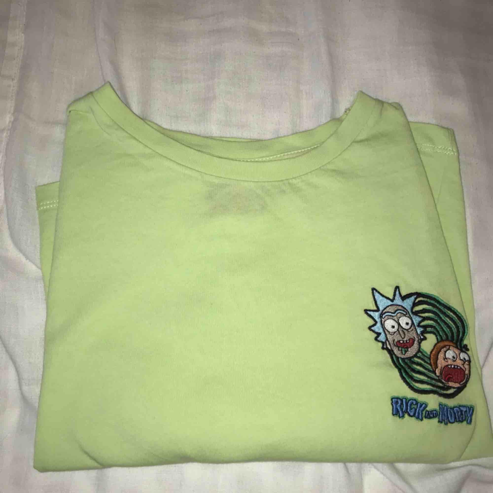 Snygg neon grön Rick and morty tisha som säljs pga av att den är för stor för mig (jag är 1,64cm lång), priset går att diskuteras och frakt tillkommer!. T-shirts.