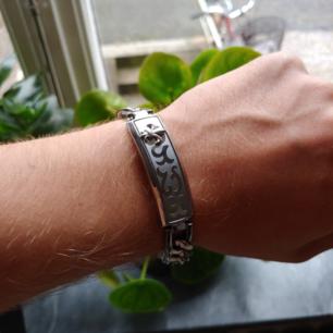 Armband av märket Police. Min pojkvän fick det för några år sedan men har aldrig använt det. Köparen står för frakt