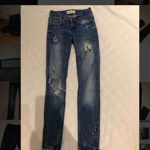 Storlek 24/30. Jeans från Ginatricot, skit snygga. Små i storleken. As snygga. Var mina favorit jeans förut. Köpte för typ 500kr