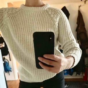 Stickad tröja från Atmosphere i strl 38. Sitter bra på mig med strl XS. Möts upp i Gävle annars tillkommer frakt:)
