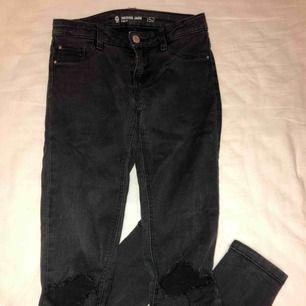 Svarta/gråa jeans från Cubus. Sjukt snygga men får inte användning för de. Gjorde hålen själv. Jag är 168-170 och de passar i längd. Sjukt snygga till hösten.
