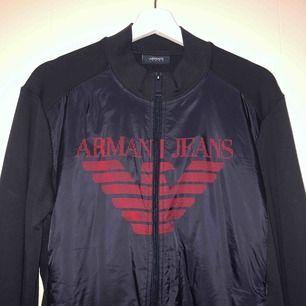 Jättefin Armani jeans kofta (äkta) i storlek L men mer som M. Aldrig använd, helt ny så du får den för ett väldigt bra pris. Nypris 1.500