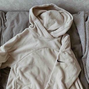 Nike fleece hoodie/träningströja i beige. Använd ett fåtal gånger, mycket fint skick. Nypris 499kr och köpt på xxl. Själv skulle jag säga att den är liten i storleken, därav köpt i storlek s, så den sitter lite oversized. Köparen står för frakten😊