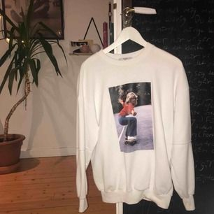 Sweatshirt från Bershka med motiv av Farrah Fawcett, köpt på plick för 300kr, aldrig använd av mig.  Frakten är inräknad i priset