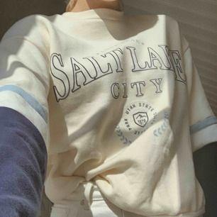 Oversized collegetröja/sweatshirt från Bershka som är jääätteskööön. Köpt i Spanien i våras, endast använd ett fåtal gånger. Köparen står för frakten😊✨