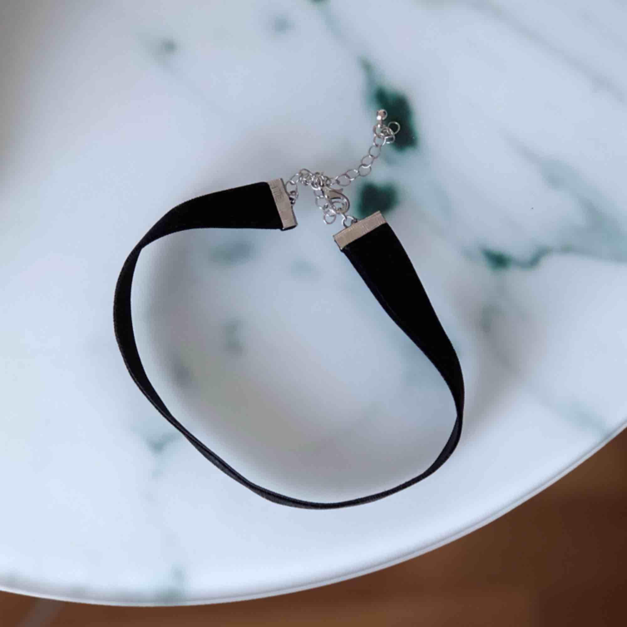 Jättefint halsband i sammet från Gina Tricot som kan komma till användning hos någon annan 🌼. Accessoarer.