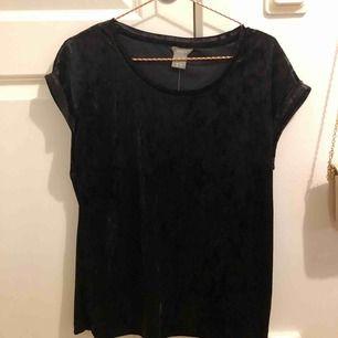 En T-shirt i sammet från Lindex. Aldrig använd. Storlek XS frakt ingår ej.