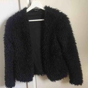 Fluffig & mysig 'Wanda' kofta från Gina Tricot i svart, knappt använd, säljer då den kan komma till större användning hos någon annan 🎀 skickar med postens skicka lätt (63kr). Kan mötas i Norrköping/Katrineholm
