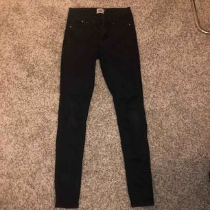 Helt vanliga svarta tighta jeans som är för små på mig. Använt två gånger och helt nytvättade.