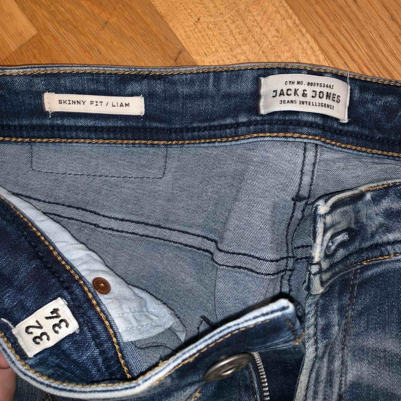 Herrjeans från Jack & Jones i ljus tvätt med lite slitningar. Storlek W32 L34.  Kan hämtas i Hammarby sjöstad (Stockholm) eller fraktas mot avgift.. Jeans & Byxor.
