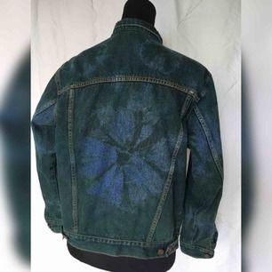 Batikfärgad jeansjacka!! Färgad av mig. Så himla cool men inte min stil längre. Står storlek 38 i den men jag tycker den är 36. Möts upp i Stockholm!