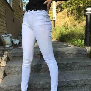 Snygga vita jeans från Dr Dennim🤩 såå himla sköna och stretchiga och i jättebra skick👍🏼 skriv gärna om du har frågor💓
