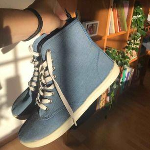 Super coola blå skor! Använda 1-2 gånger max och är därför i mycket gott skick!🥰❤️ Mycket lite frakt tillkommer🥰😋😘