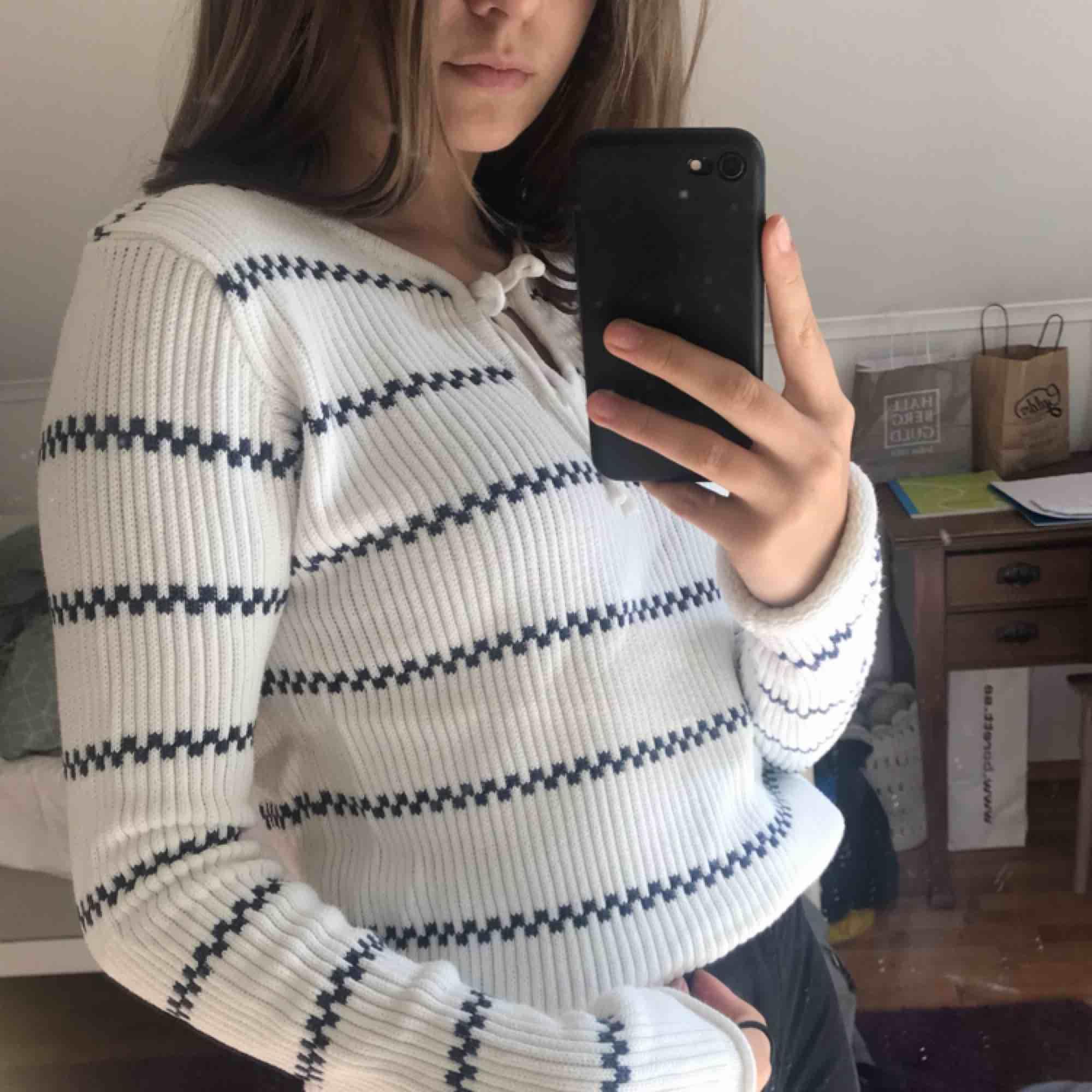 Super mysig tröja från hm🥰 Mycket litet använd och är därför i mycket gott skick😋❤️ Sälj pga att den inte kommer till användning längre🥰 Lite, lite frakt tillkommer🥰. T-shirts.