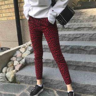 Superfina röda kostym liknande leopardbyxor🤩 skriv gärna om du har frågor