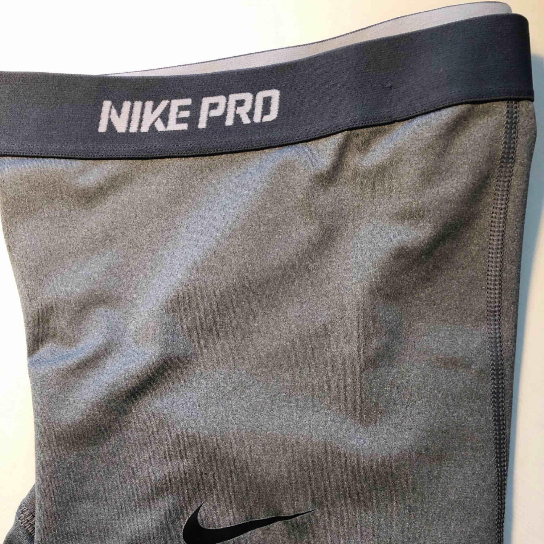 Mycket fina och sparsamt använda Nike-pro shorts i storlek S. Har använts alldeles för lite pga fel storlek och säljer därför dem. Otroligt skönt material!. Shorts.