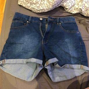 Shorts som aldrig är använda, billigt pris pga inte sommarsäsong men köparen betalar alltid frakt!