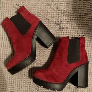 Vinröda stövlar/boots i mockaliknande tyg.  Storlek 38. Använda fåtal gånger, säljes pga garderobsrensning :)