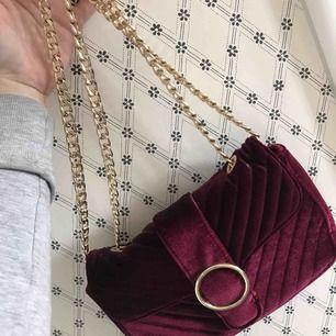 Säljer denna jättefina väska i fint skick då den inte är min stil längre!