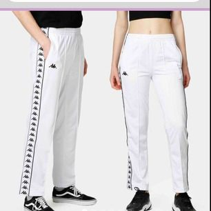 köparen står för frakt❤️ Helt nya Vita Kappa byxor köpta på Junkyard!! Det står att dom är XL men skulle mer säga att dom sitter som M.   Säljer pga köpte för ett tag sen men aldrig använt   Säljer för 500 nypris = 700
