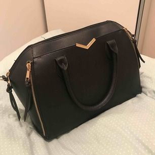 En väska från Primark!! Köpt i london, cirka ett år gammal men har använt den typ 2 gånger. Priset går att diskutera!! Möts upp i Stockholm