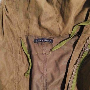 Tunn jacka i mörkgrön (typ camouflage) färg. Knappt använd, mycket fint skick!  Storlek XS-M