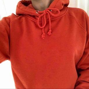 Snygg orange hoodie från bikbok. Storlek XS men det är oversize så den passar dom flesta beroende på hur du vill att den ska sitta. Betalning sker via swish.
