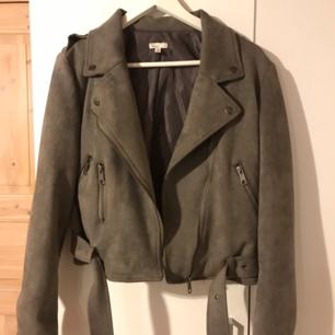 Jackan är i grå mocka från NLY Trend. Nypris 599 kronor Köparen står för frakten Priset kan diskuteras❤️ Jackan är som ny
