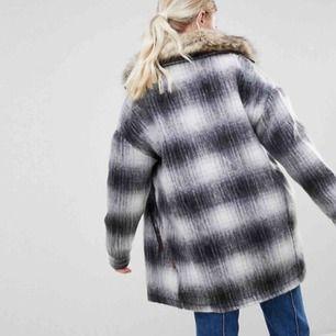 Den finaste ullkappan från Bellfield! 🐑 Köpt i vintras, knappt använd 🥺 Perfekt nu till höst och vintern 🤧Frakten är inkluderad 💫 (OBS - pälsen kommer inte med, endast jackan)