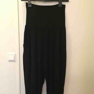 Turkisk/harem byxor från Lindex. Stl XS. Stretchigt. Svart färg. Har en ficka på varje sidan. Knappt använd