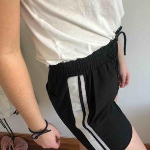 Fina shorts ifrån neonoir med vita linjer. Köpa för 600 kr och är aldrig använda.