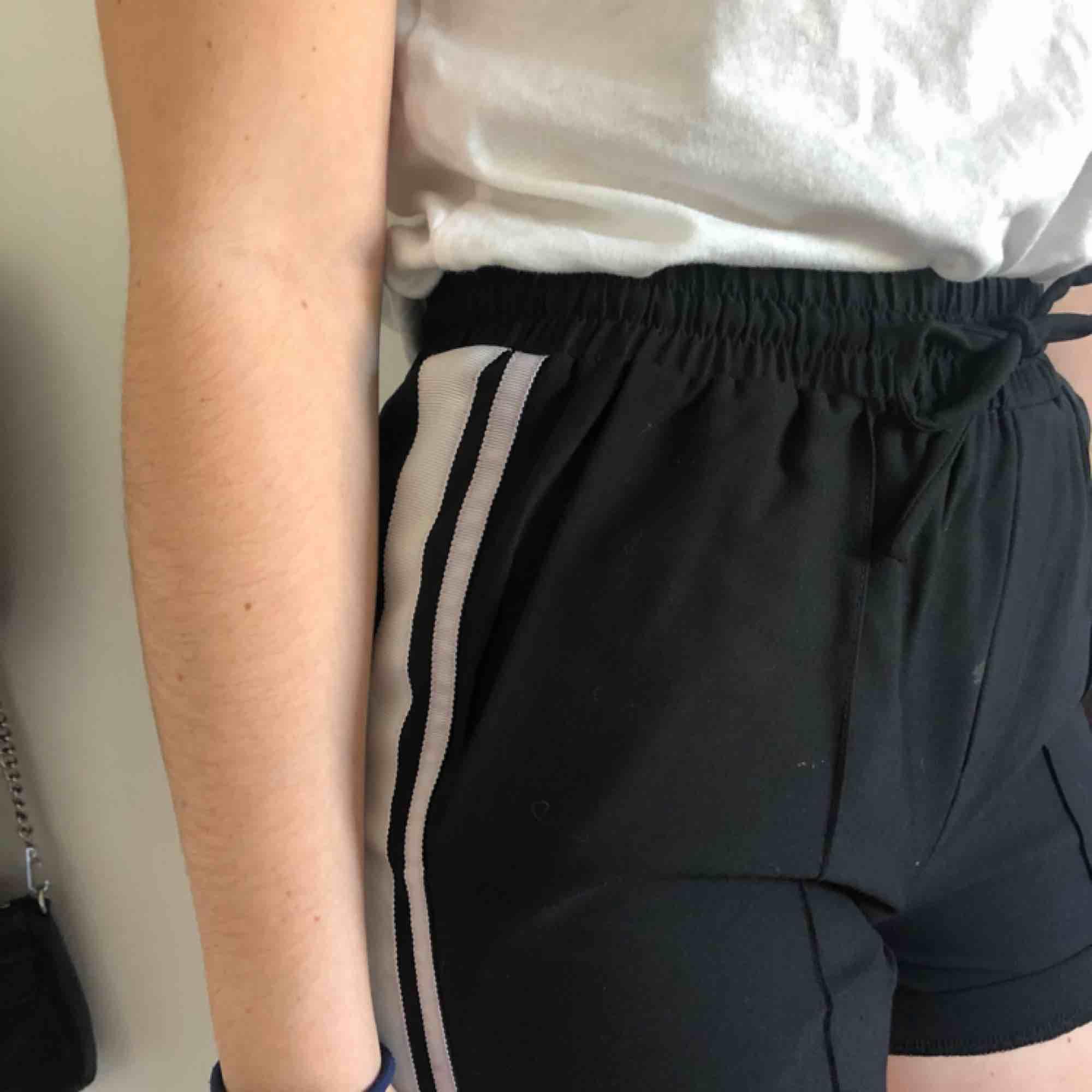 Fina shorts ifrån neonoir med vita linjer. Köpa för 600 kr och är aldrig använda.. Shorts.