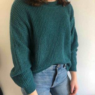 Fin stickad tröja i en blågrön nyans som är jättemysig och passar perfekt till hösten