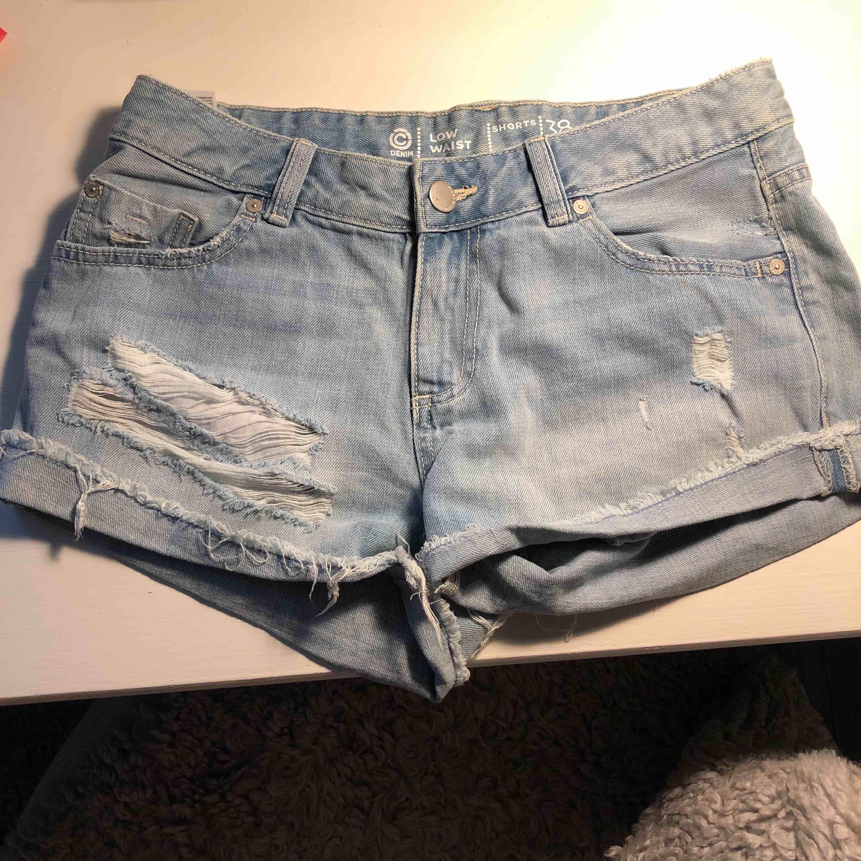 Ett par riktigt snygga och sköna jeansshorts från Cubus i storlek 38 säljes oanvända pga fel storlek!. Shorts.