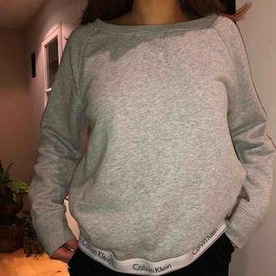 Calvin Klein sweatshirt! endast använd vid ett fåtal tillfällen. orginalpris: 600kr. köparen står för frakt 🥰