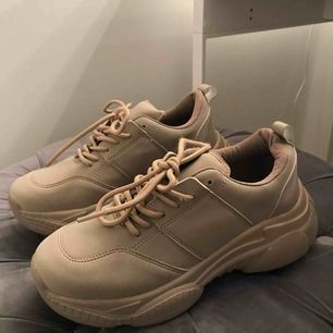 Brun/beige Chunky sneakers från NELLY! Aldrig använda, frakt tillkommer med 90kr