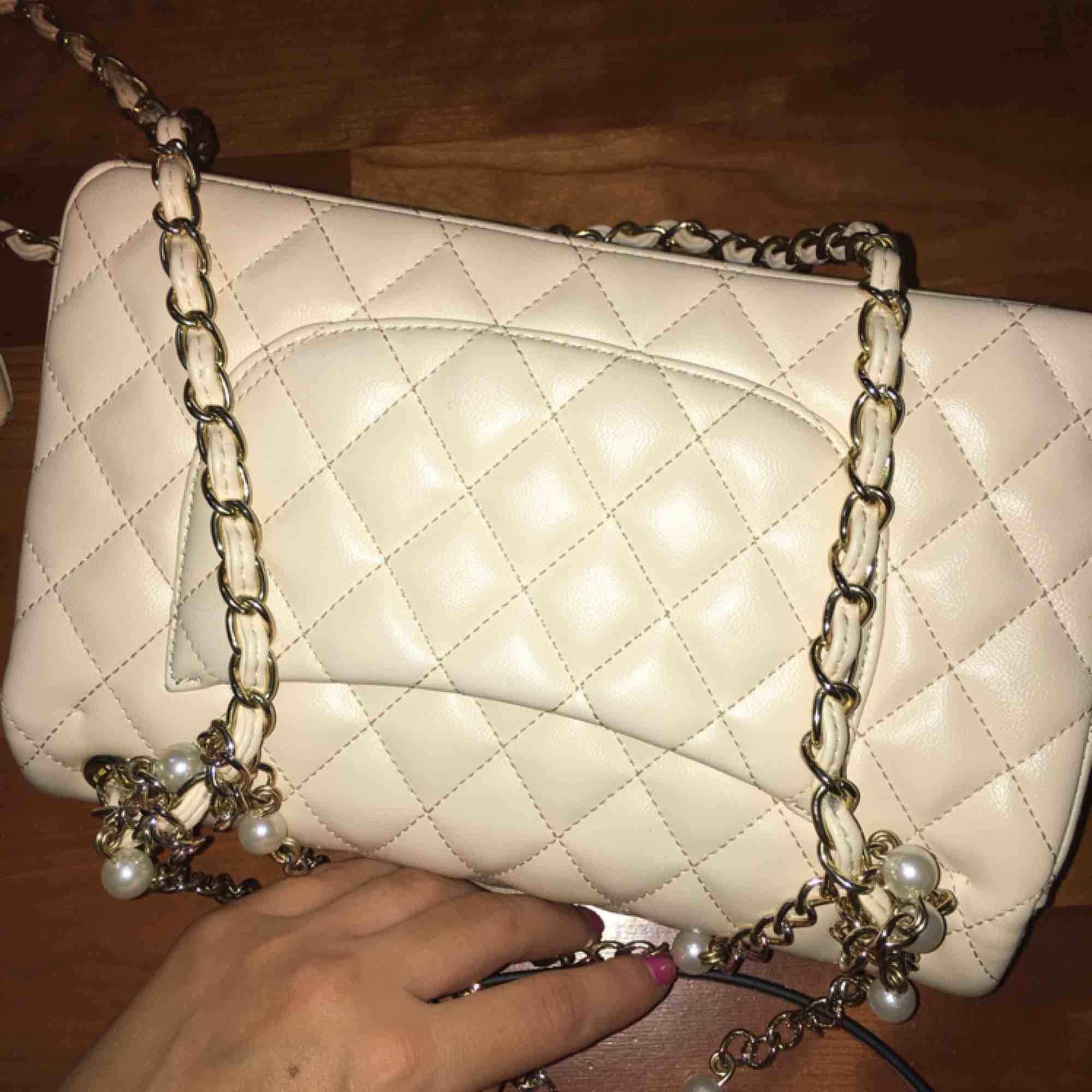 Chanel vit syntet väldigt fin kopia bra kvalite. Väskor.
